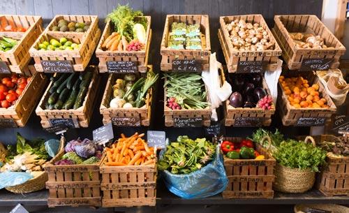 Innenansicht Gemüseladen mit Kisten